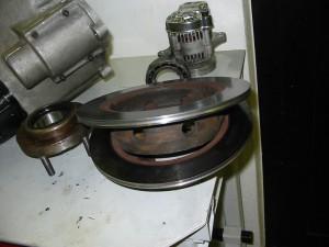 Renoverade växellådan skall sättas i och bromsskivorna har fått en putsning.