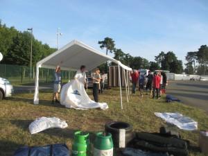 Vi reser upp vår'camp' på en av de otaliga depåcampingarna på banan. Här skulle vi bo och äta de närmaste dagarna och nätterna.