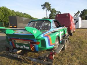 Anländer till Le Mans. Transport  av en av racinghistoriens häftigaste bilar. BMW 3,5 CSL Gr5 1976 anländer på en något mer blygsam släpkärra!