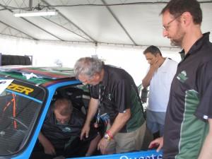 Chaufförerna fr vänster.  Johan Dirickx, Belgien. Tony Walker England (nuvarande ägare av bilen) och Alan Benjamin USA
