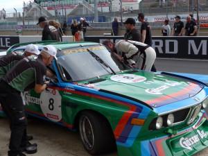Förarbyte och 'reparation' av lös backspegel. Till och med på denna exklusiva bil fick räddningen bli....just det, vävtape!
