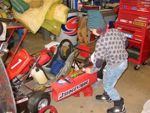 Axel, mitt barnbarn, håller på att byta ratt på karten. Återväxten räddad??