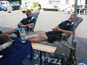 Danska mekarna Stefan och Rene i Team Erik Höjer tar en paus i skruvandet.