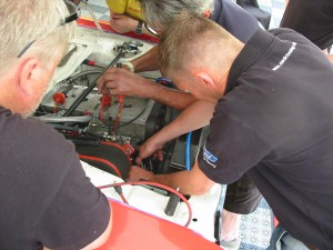 Stressat till sig hos Anders Berger. Ingen gnista. Stefan och Bruno från danska konkurrenterna ger Christer hjälp att byta tändsystemet.