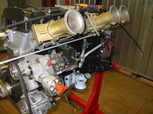 Motorn är ett konsverk i sig. Inpassning av nipplar, gasreglage, etc, etc...