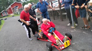 Underbara återseenden! Dick Svensson provkör min Robardie. Lasse Eriksson har just kört och det hela övervakas med hökblick av Tommy Peterson.