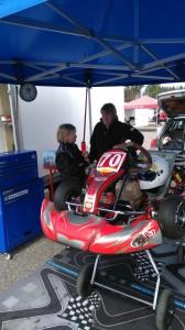 Annelie är med och styr upp verksamheten. Axel laddad för racet.