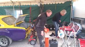 Brorsan, Mats och Tomas försöker bringa lite reda i tältet.