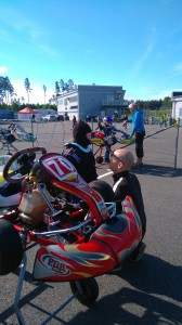 Peter går igenom strategin inför finalen i Lidköping med Axel