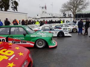 Grupp5-bilar i långa rader.